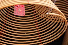 Brinnande kinesiska runda josspinnar och önskakort Royaltyfri Fotografi