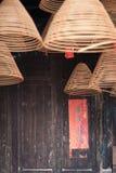 Brinnande kinesiska runda josspinnar och rimmat verspar Arkivbilder