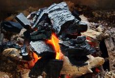 Brinnande kol för naturlig bakgrund royaltyfri foto