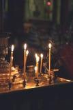 Brinnande kyrkastearinljus Royaltyfri Bild