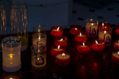 Brinnande kyrkastearinljus Royaltyfria Foton