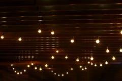 Brinnande ljusa kulor på en träväggbakgrund royaltyfri fotografi