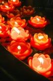 Brinnande lotusblomma som formas röda stearinljus Royaltyfria Bilder