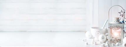 Brinnande lykta i snön med julgarnering Royaltyfri Bild