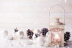 Brinnande lykta i snön med julgarnering Royaltyfri Foto