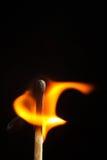 Brinnande match på makroen för pinne för svart bakgrundsflamma den wood Arkivbilder