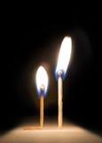 Brinnande match som knäfaller för match på brandmetaforen Arkivfoton