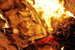 Brinnande papper royaltyfri bild