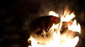 Brinnande pumpa på allhelgonaafton kretsat stock video