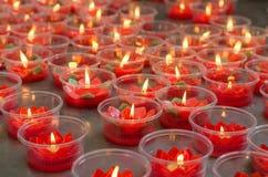 Brinnande röd blommastearinljus på den kinesiska relikskrin för framställning av merit in Royaltyfri Fotografi