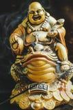 Brinnande rökelse klibbar med guld- Buddha på paddan Royaltyfri Bild