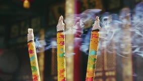 Brinnande r?kelsepinnar i buddistisk tempel lager videofilmer