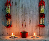 Brinnande rökelse klibbar med kransen av blomman enkel flamma för bakgrundsblackstearinljus Arkivbild