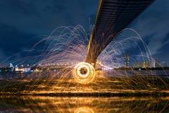 Brinnande snurr för stålull royaltyfria foton
