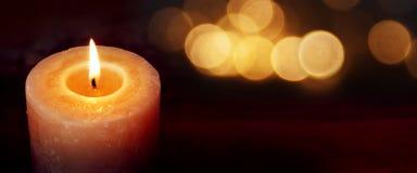 Brinnande stearinljus för tystnadögonblick på en mörk bakgrund Royaltyfri Bild