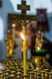 Brinnande stearinljus i den ryska ortodoxa kyrkan Fotografering för Bildbyråer