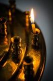 Brinnande stearinljus i den ryska ortodoxa kyrkan Arkivbilder