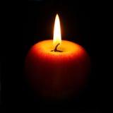 Brinnande stearinljus i formen av ett äpple Royaltyfri Foto