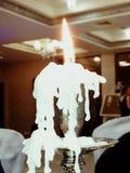 Brinnande stearinljus i gammal silverljusstake Royaltyfri Bild