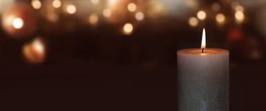 Brinnande stearinljus med guld- bokeh Arkivbilder