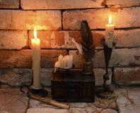 Brinnande stearinljus med skriftliga verktyg Royaltyfri Fotografi