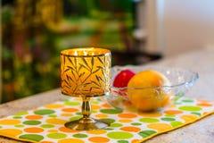 Brinnande stearinljus- och fruktplatta Fotografering för Bildbyråer