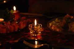 Brinnande stearinljus och röd fisk Arkivfoto