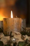 Brinnande stearinljus på en adventkrans Arkivbild