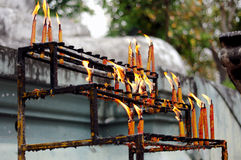 Brinnande stearinljus på hylla Fotografering för Bildbyråer