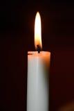 Brinnande stearinljus på mörk bakgrund Royaltyfri Foto