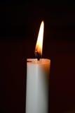 Brinnande stearinljus på mörk bakgrund Royaltyfri Fotografi