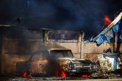 Brinnande tappningbil Royaltyfri Bild