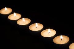 Brinnande tealights i mörker Royaltyfri Foto