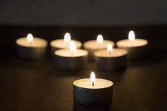 Brinnande tealights i mörker med textur Royaltyfri Bild
