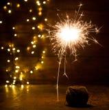 brinnande tomtebloss- och julljus på träbakgrund Royaltyfri Fotografi