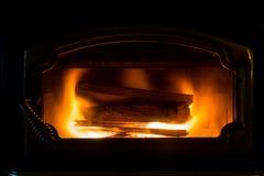 Brinnande trä för spis royaltyfri foto