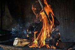 Brinnande trä i den öppna spisen Arkivbild