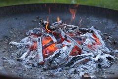 Brinnande trä i ett galler Arkivbilder
