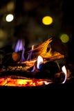 Brinnande trä med flamman Royaltyfria Bilder