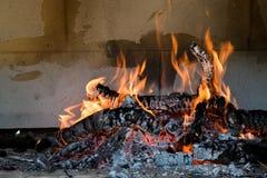 Brinnande trä som erhåller kol arkivfoto