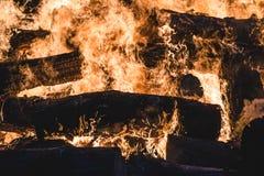 Brinnande träd för brasa på natten Stor orange flamma på en svart bakgrund svart brand Ljust värme, ljus som campar, arkivfoton
