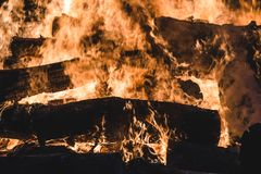 Brinnande träd för brasa på natten Stor orange flamma på en svart bakgrund svart brand Ljust värme, ljus som campar, royaltyfri fotografi