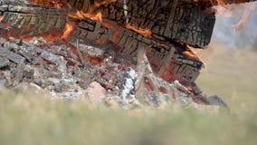 Brinnande trämilitära spjällådor från ammunitionar Den pyra spisen Stor brand arkivfilmer