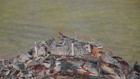 Brinnande trämilitära spjällådor från ammunitionar Den pyra spisen Stor brand stock video