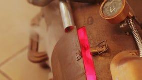 Brinnande ugn med manometern arkivfilmer