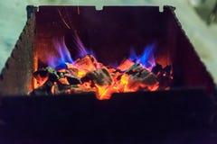Brinnande varma kol i gallret royaltyfri foto