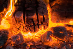 Brinnande vedträ arkivbilder