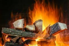 Brinnande vedträ i fyrpannan royaltyfri foto
