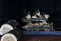 Brinnande vedträ i fyrpannan arkivbilder