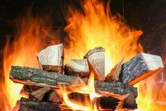 Brinnande vedträ i fyrpannan arkivfoto